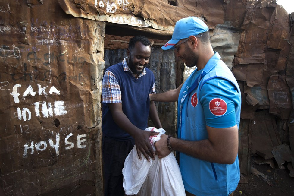 Turska agencija za pomoć deli meso u Najrobiju