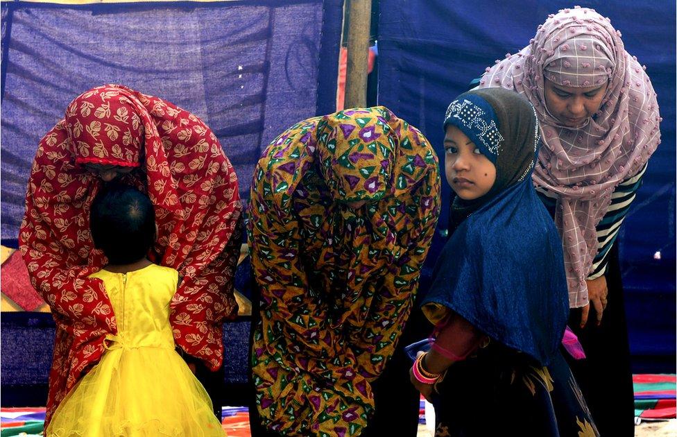 Dete i žene na molitvi u Čenaju u Indiji