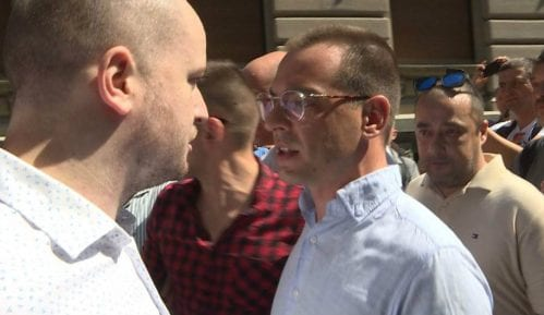 Verbalni sukob i guranje funkcionera i pristalica SNS i SZS na Trgu republike 11