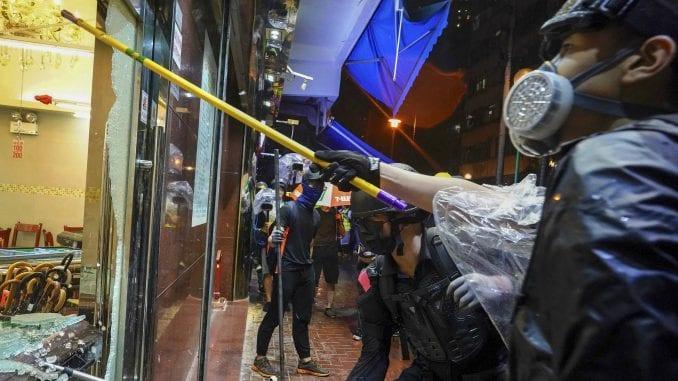 Policija u Hongkongu suzavcem i kamionima sa vodenim topovima protiv demonstranata 3