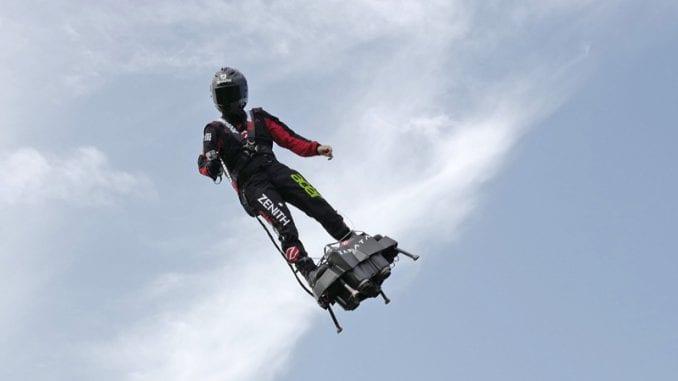 Leteći čovek u drugom pokušaju prešao Lamanš svojom napravom 1