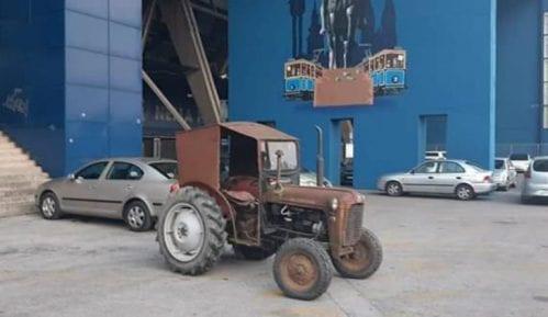 Traktor ispred Maksimira kao odgovor na tenk u Beogradu 6