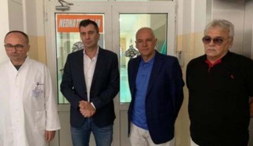 Ministar Đorđević i gradonačelnik Radojičić posetili tek rođenu i napuštenu bebu 13