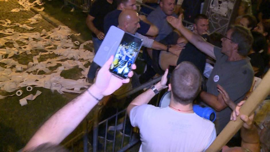 """Protest """"1 od 5 miliona"""": Guranje demonstranata i obezbeđenja kod Predsedništva 2"""