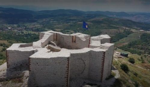 Kosovska policija čuva kosovsku zastavu na tvrđavi u Novom Brdu 2
