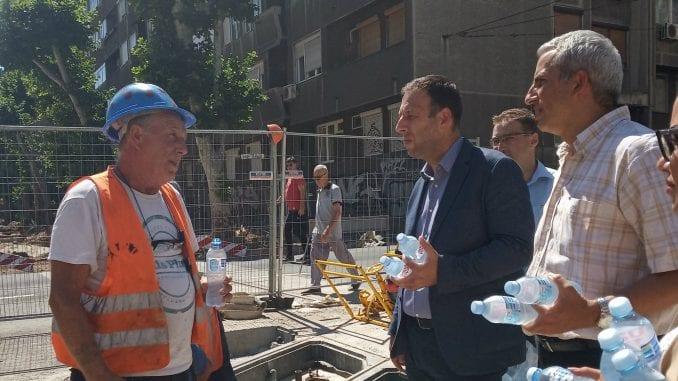 Čelnici Beograda obišli radnike na gradilištima, odneli im osveženje 1