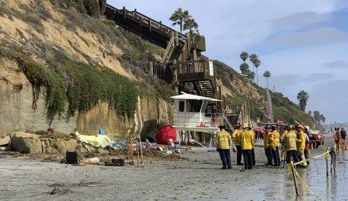 Kalifornija: Troje poginulo na plaži nakon što se odronila litica 12