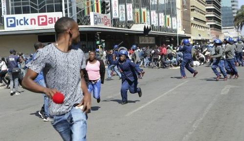 Policija silom protiv demonstranata u Zimbabveu 12