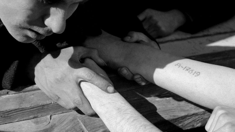 Tetovirane ruke zatvorenika Aušvica