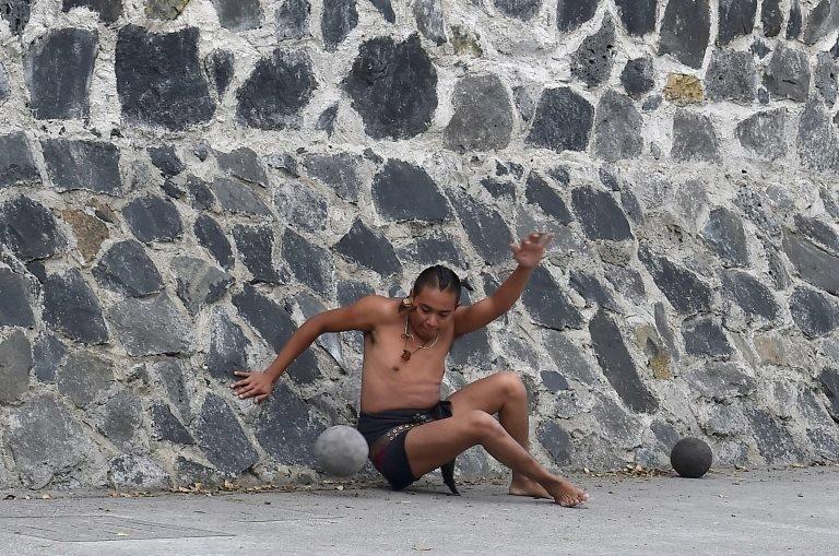 Muškarac igra Ulamu- udara ulamaloni (čvrstu gumenu loptu)