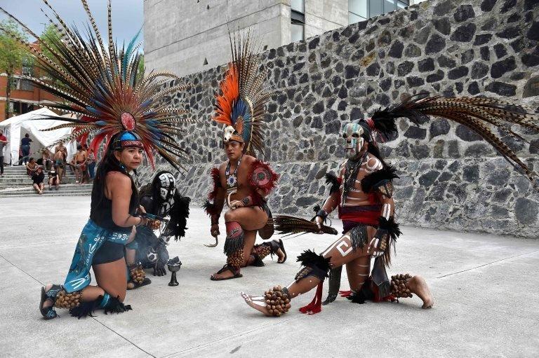 Plesači nastupaju pre početka igre loptom, Ulame