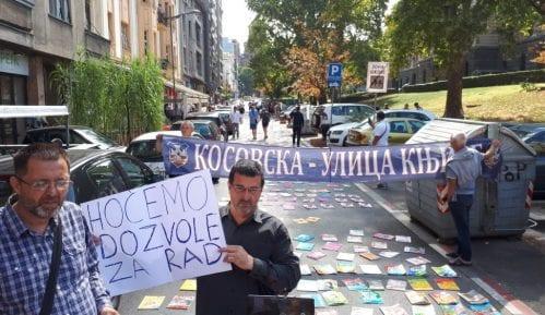 """Prodavci udžbenicima """"popločali"""" Kosovsku u znak protesta (FOTO) 5"""