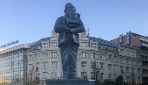 Postavljen spomenik Goranu Vesiću na Trgu Republike 2