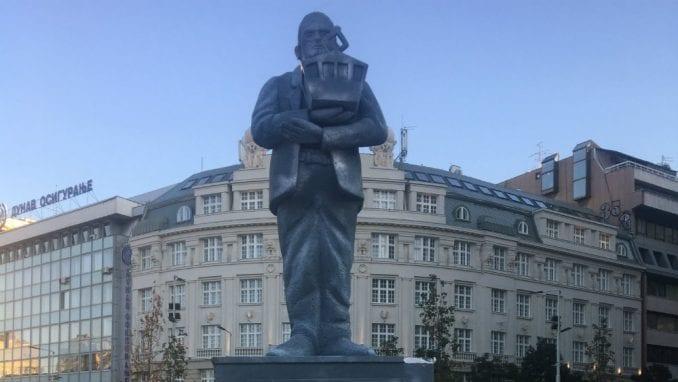 Postavljen spomenik Goranu Vesiću na Trgu Republike 3