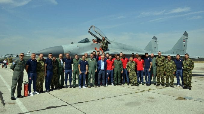 Fudbaleri Crvene zvezde posetili gardiste i vojne pilote 1