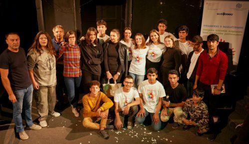 """Premijerno izvedena predstava """"Jedan je život"""" u izvođenju učenika iz Niša idece migranata 14"""