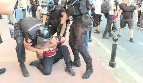 Pet mladića s protesta protiv Prajda privedeno nakon sukoba s policijom 8