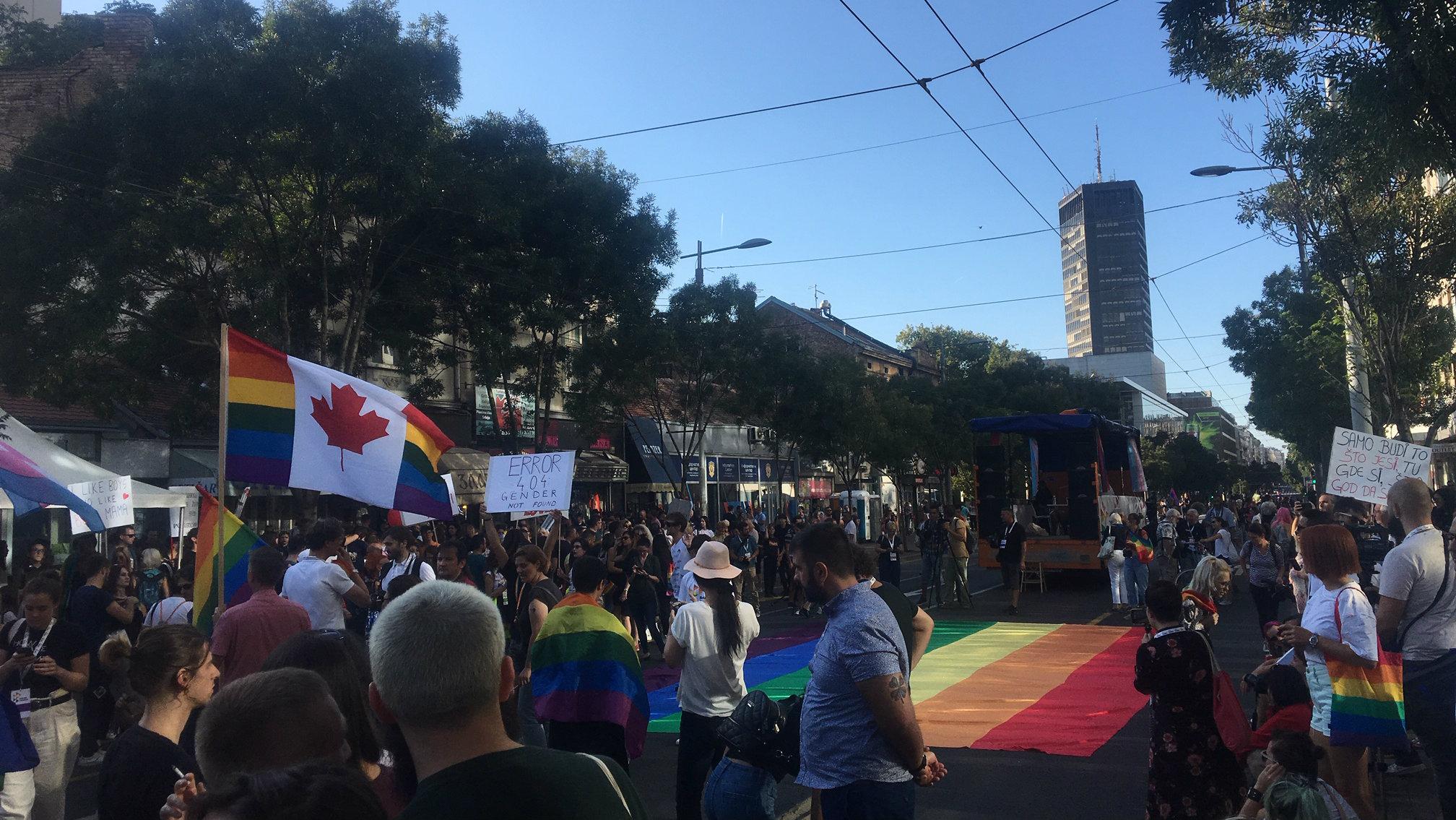 Parada ponosa u Beogradu završena žurkom u parku Manjež (FOTO) 10