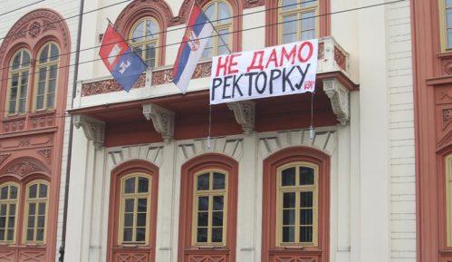 """Skinut plakat """"Ne damo rektorku"""" sa zgrade Rektorata 11"""