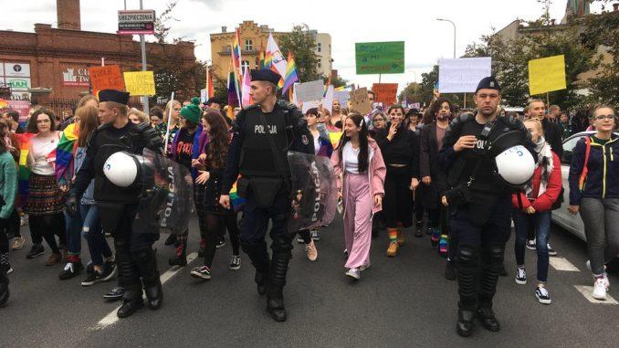 Politika i LGBT zajednica u Poljskoj: Zašto vladajuća partija smatra gej prava za pretnju društvu 4
