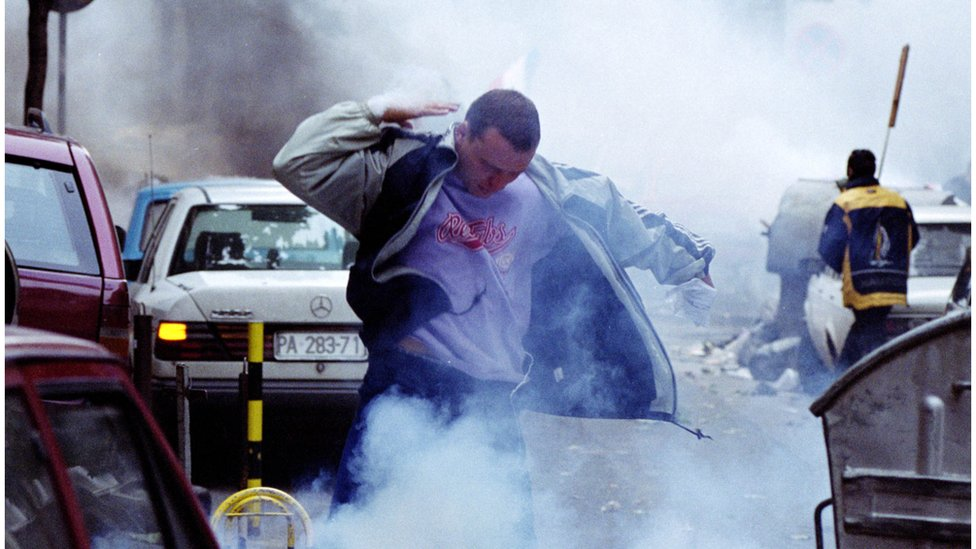 Čovek u oblaku suzavca, Beograd, 5.10.2000.