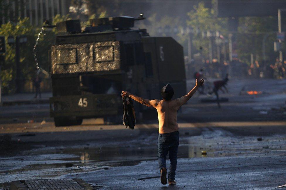 čovek ispred tenka u Čileu