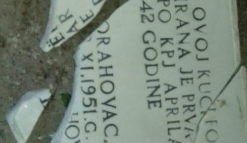 Orahovac: Polomljena spomen ploča posvećena borcima iz Drugog svetskog rata 1