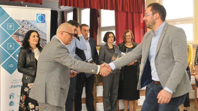 """Vesić: U okviru akcije """"Đačko parking mesto"""" školama donirano 10 miliona dinara 3"""