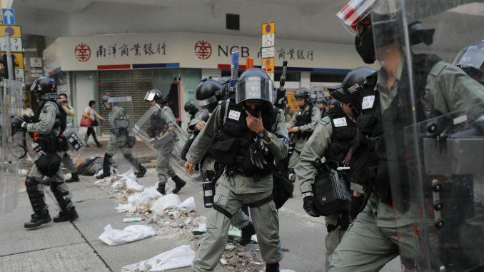 Novi protesti u Hongkongu, bačene zapaljive bombe 6