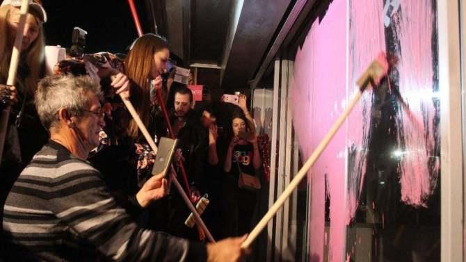 """Protest """"Jedan od pet miliona"""": Vrata RTS -a ponovo ružičasta 4"""
