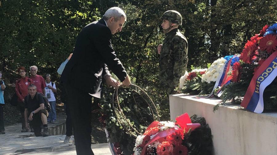 Položen venac na Spomenik sovjetskim veteranima na Avali 1