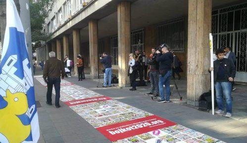 Inicijativa Ne davimo Beograd razvila tepih laži ispred Skupštine Srbije 9