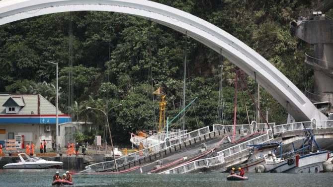 Srušio se most u Tajvanu, traga se za žrtvama 4