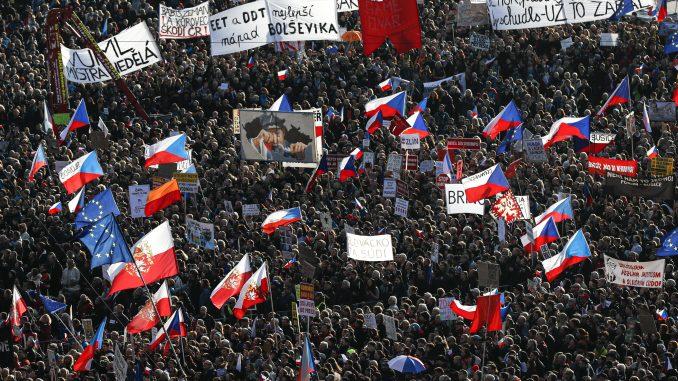 "Uoči 30. godišnjice ""Plišane revolucije"" stotine hiljada Čeha ponovo na protestima 1"