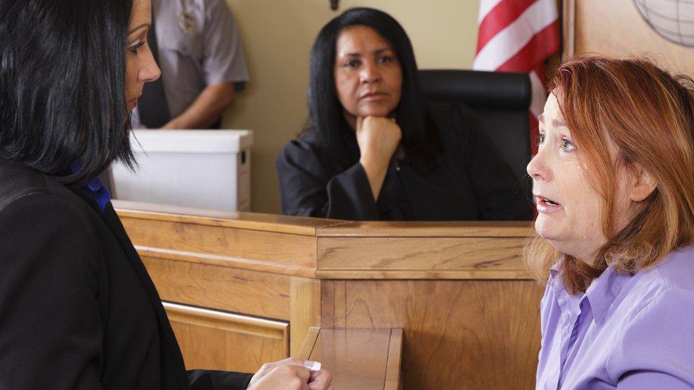 Žena svedoči na sudu