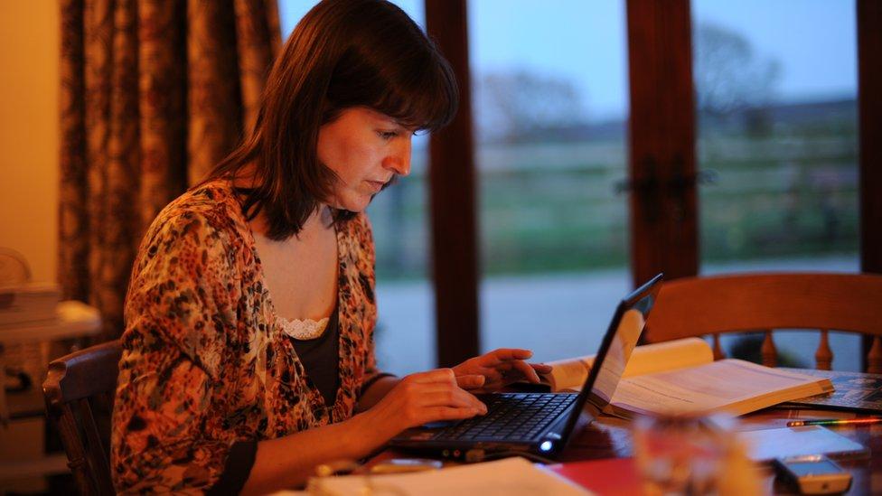 žena za računarom