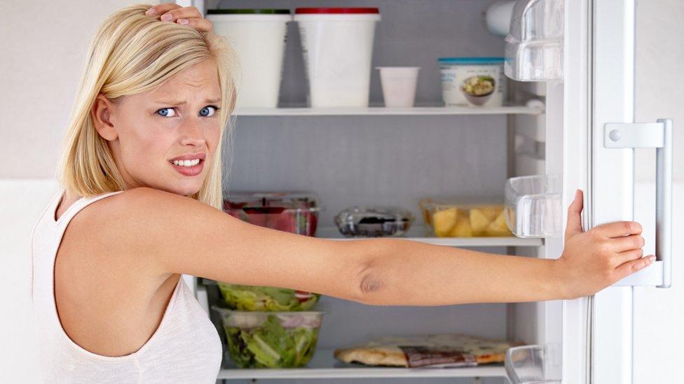 Žena otvara frižider