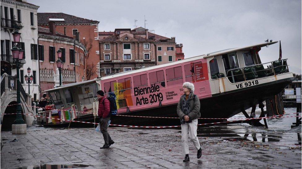 Taksi čamac nasukan na ulicima venecije