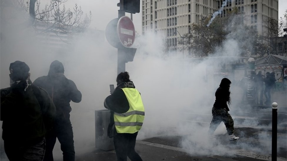 Police fire tear gas at yellow vest protesters in Paris, 16 November 2019