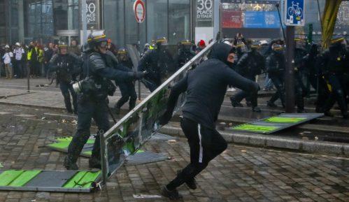 Skoro 130 privedenih tokom protesta Žutih prsluka u Parizu (FOTO) 11