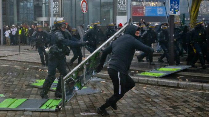 Skoro 130 privedenih tokom protesta Žutih prsluka u Parizu (FOTO) 1