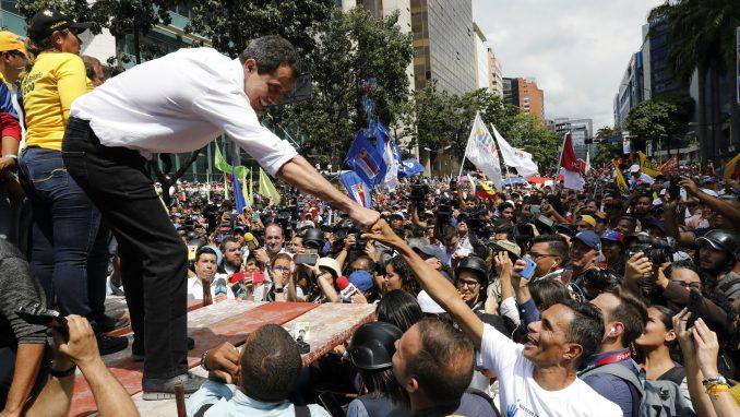 Nekoliko hiljada ljudi na protestu u Karakasu protiv predsednika Madura 4