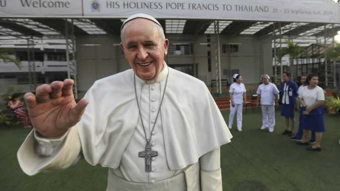 Papa krenuo u posetu Tajlandu i Japanu 1