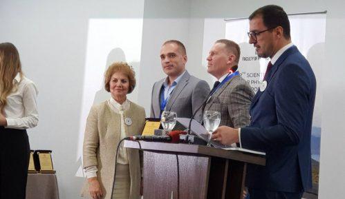 Dekan fakulteta za sport Univerziteta Crne Gore dobio plaketu od kolega iz Prištine 7