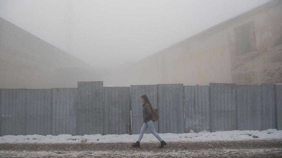 Devojka hoda ulicom