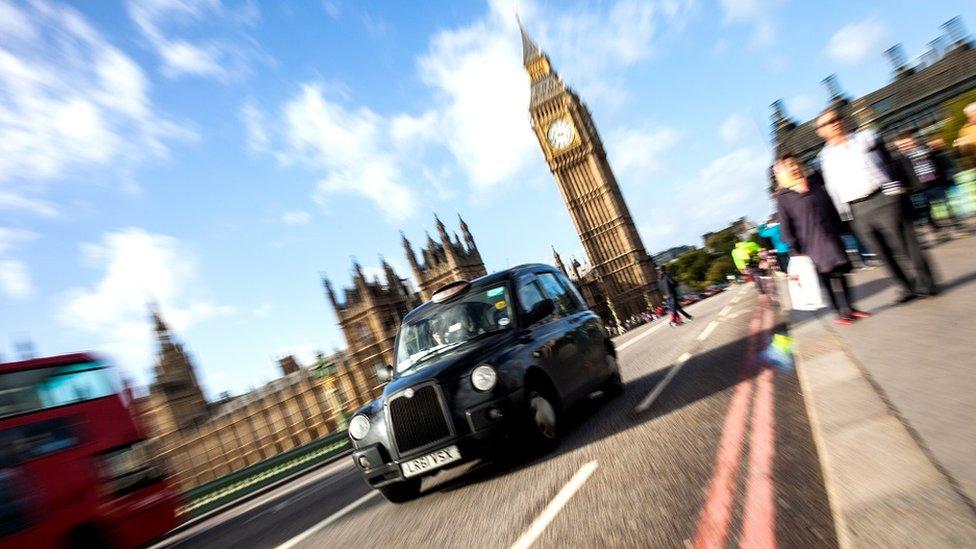 Crni taksi prelazi Vestminster most
