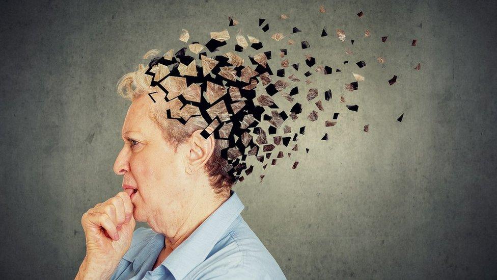 Starija žena, slika glave prikazana kao mozaik
