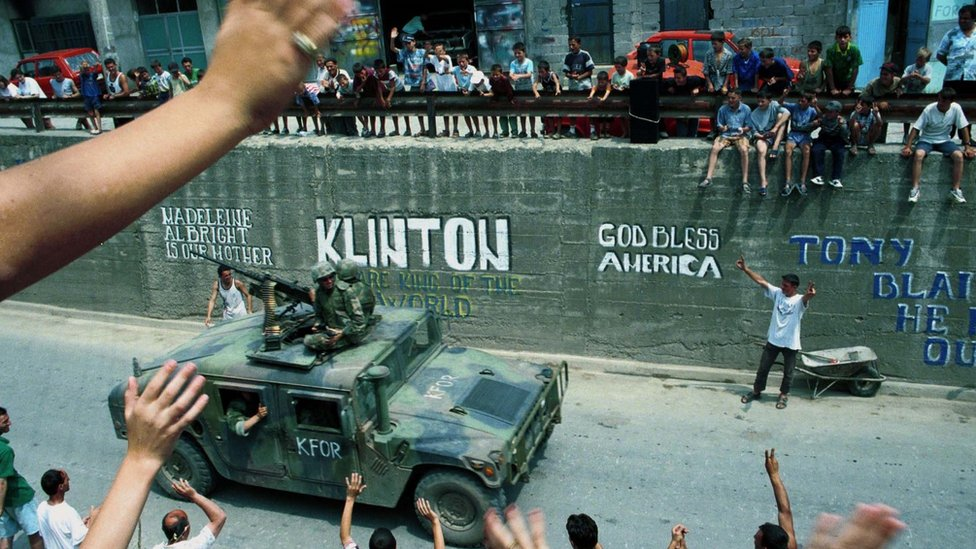 Ethnic Albanians greet American Nato troops in 1999