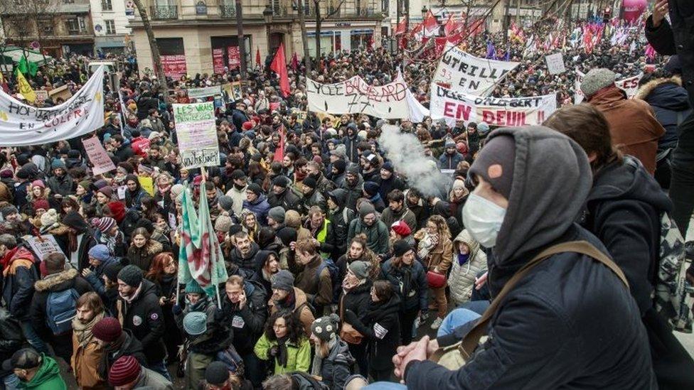 Veliki broj ljudi okupio se u Parizu