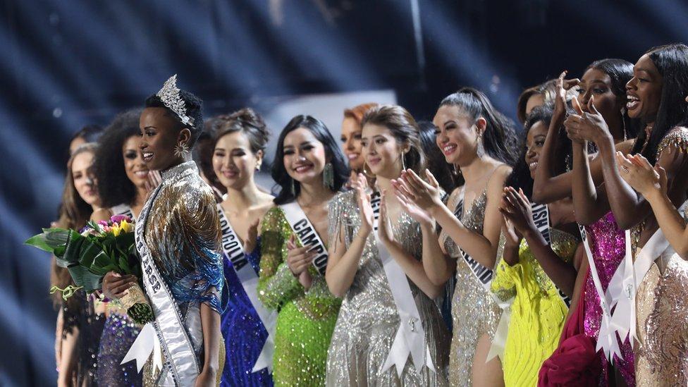 Other contestants applauding Zozibini Tunzi